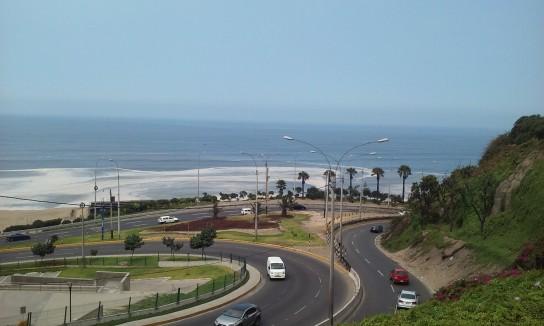 Lima, una ciudad recostada sobre el Pacífico con más de 8 millones de habitantes, con San Isidro y Miraflores como zonas top.