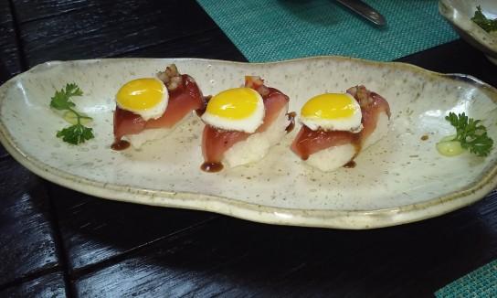 Niguiri de atún rojo con huevo de codorniz, una maravilla de creatividad y sabor.