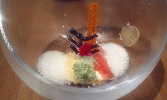 Postre servido en una esfera transparente que recuerda a un adorno navideño. En Maido, del chef Micha (Mitsuharu Tsumura).