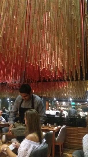 """Decoración impactante en Maido, un restaurante Nikkei que ofrece el menú """"200 Millas"""", con 11 pasos de pescados y mariscos maridados con vinos, sake y chicha."""