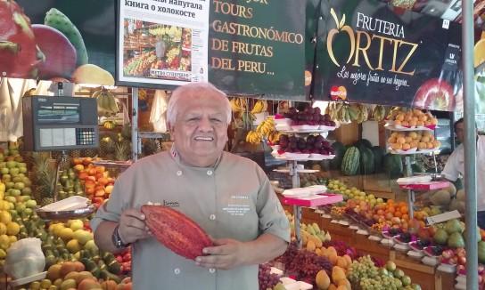 . Don Ortiz, propietario de un puesto obligado en el Mercado de San Isidro, con una variedad asombrosa de frutas y verduras.
